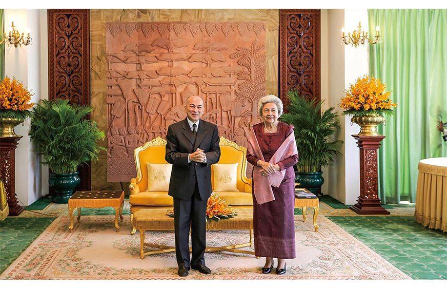 ព្រះករុណាជាអម្ចាស់ជីវិតលើត្បូង ព្រះបាទសម្តេចព្រះបរមនាថ នរោត្តម សីហមុនី ព្រះមហាក្សត្រ នៃព្រះរាជាណាចក្រកម្ពុជា និងសម្តេចព្រះមហាក្សត្រី នរោត្តម មុនិនាថ សីហនុ ព្រះវររាជមាតាជាតិខ្មែរ។ (Royal du Cambodge)
