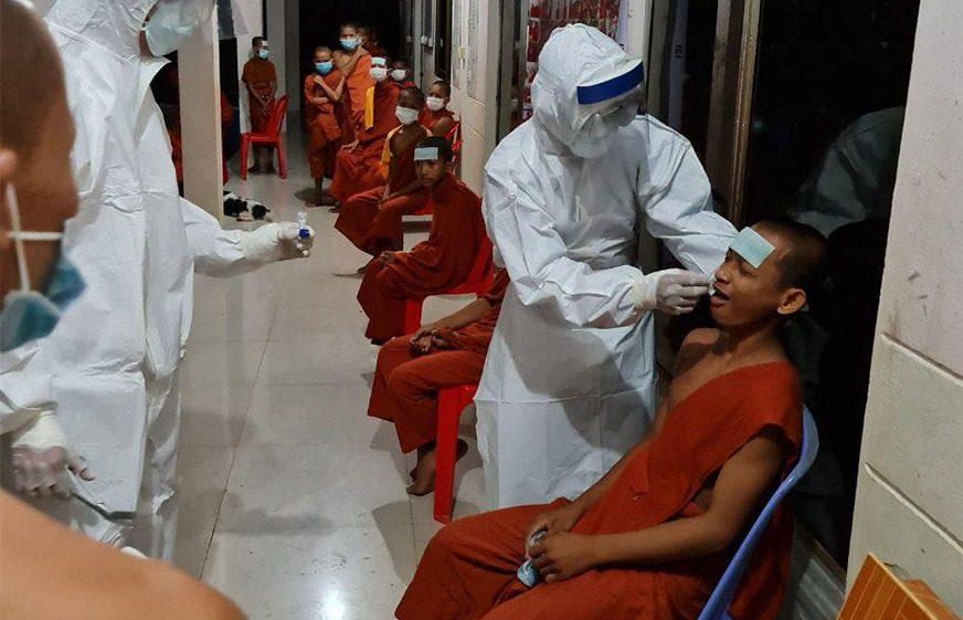 ក្រុមគ្រូពេទ្យនិងអ្នកជំនាញចុះទៅពិនិត្យនិងយកសំណាកពីព្រះសង្ឃគង់នៅវត្តស្វាយដង្គំ ស្រុកឯកភ្នំ ដែលមានអាការក្ដៅខ្លួន ក្អក និងហៀរសំបោរ យកទៅពិនិត្យ កាលពីយប់ថ្ងៃអាទិត្យ ទី១៣ ខែកញ្ញា ឆ្នាំ២០២០។ (ហ្វេសប៊ុក៖ មន្ទីរសុខាភិបាលខេត្តបាត់ដំបង Battambang Provincial Health Department)