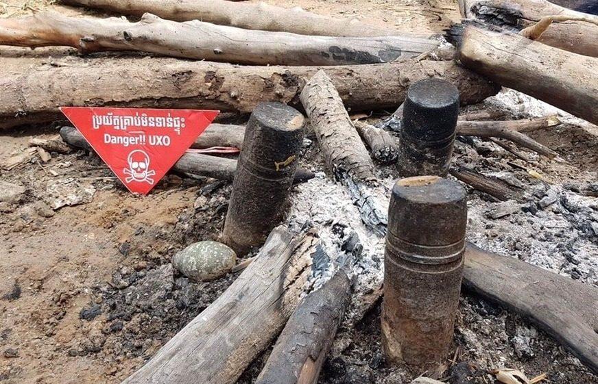 គ្រាប់មិនទាន់ផ្ទុះដែលត្រូវបានពលរដ្ឋនៅភូមិខ្សាច់អំពិល ឃុំស្រែណូយ ស្រុកវ៉ារិន ខេត្តសៀមរាប យកមកធ្វើជាចង្ក្រានដាំស្ល ត្រូវបានសមត្ថកិច្ចនិងអ្នកជំនាញចុះទៅពិនិត្យនិងយកមករក្សាទុកកាលពីថ្ងៃទី១០ ខែសីហា ឆ្នាំ២០២០។ (អាជ្ញាធរមីន - Cambodian Mine Action Authority)