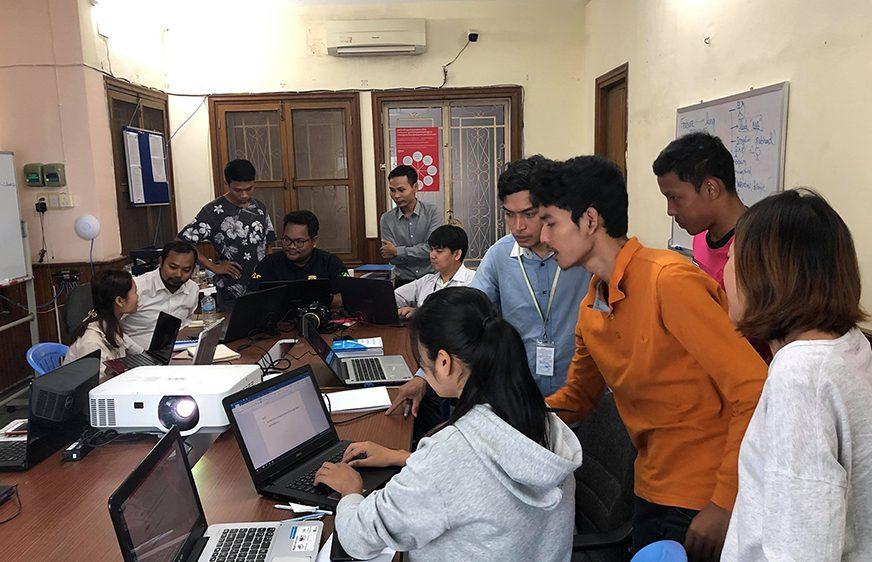 សិក្ខាកាមសារព័ត៌មាន Newsroom Cambodia ជំនាន់ទី១ ក្នុងវគ្គបណ្ដុះបណ្ដាលអស់រយៈពេល៣ខែ ដែលរៀបចំដោយ«មជ្ឈមណ្ឌលកម្ពុជាដើម្បីប្រព័ន្ធផ្សព្វផ្សាយឯករាជ្យ» (CCIM) ទាក់ទងនឹងជំនាញសរសេរព័ត៌មាន។