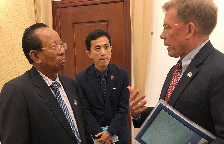 លោក ទៀ បាញ់ ឧបនាយករដ្ឋមន្ត្រី រដ្ឋមន្ត្រីក្រសួងការពារជាតិ បានទទួលជួបសវនាការជាមួយនឹងលោក ប៉ាទ្រីក មូហ្វ៊ី (W.patrick Murphy) ឯកអគ្គរដ្ឋទូតសហរដ្ឋអាមេរិកប្រចាំកម្ពុជា កាលពីរសៀលថ្ងៃទី២១ ខែកញ្ញា ឆ្នាំ២០២០ នៅវិមានមិត្តភាពនាទីស្តីការគណៈរដ្ឋមន្ត្រី។ (U.S. Embassy Phnom Penh, Cambodia)