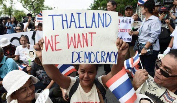 បាតុករបានប្រមូលផ្តុំគ្នានៅជិតរបាំងផ្លូវប៉ូលិសមួយនៅខាងក្រៅសាកលវិទ្យាល័យ Thammasat ក្នុងអំឡុងបាតុកម្មមួយនៅទីក្រុងបាងកកនៅថ្ងៃទី 22 ខែឧសភាឆ្នាំ 2018 រូបភាព៖ AFP